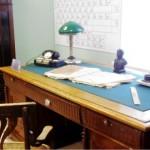 стол первого директора Д.Е.Васильева