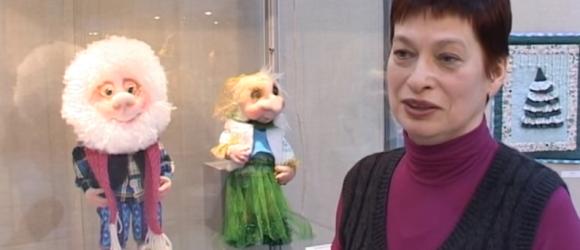 В музее Лесного открылась выставка авторских кукол видео