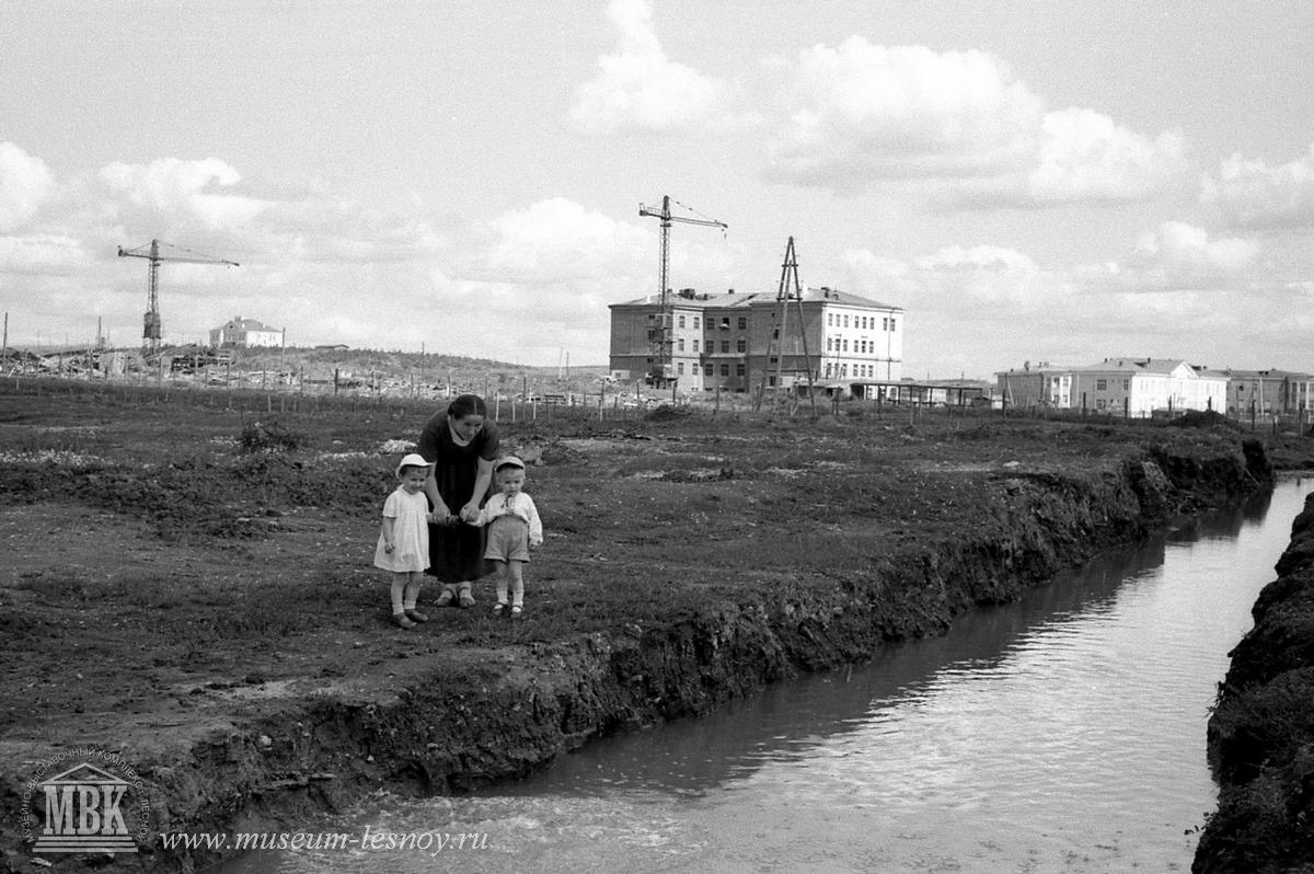 город строится - видны Пожарное депо, школа 64, больничный городок, 1956 год фото С.Е.Федоровского из архивов музея