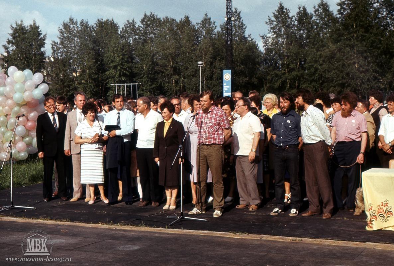 Торжественная встреча с участниками Полярной экспедиции. г. Свердловск-45, стадион «Труд», 1983г. фото С.Е.Федоровского