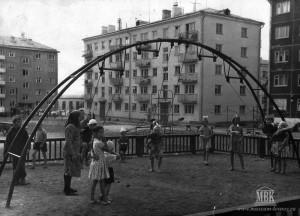 Детская игровая площадка во дворе Ленина 1, август 1965 год