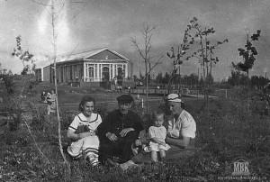 У летнего кинотеатра, 1956, фото из архива семьи Половниковых