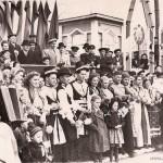 1 мая 1954 г., на трибуне у входа в сквер первые лица города ( в светлом плаще и кепке директор завода Д.Васильев), фото из фондов музея